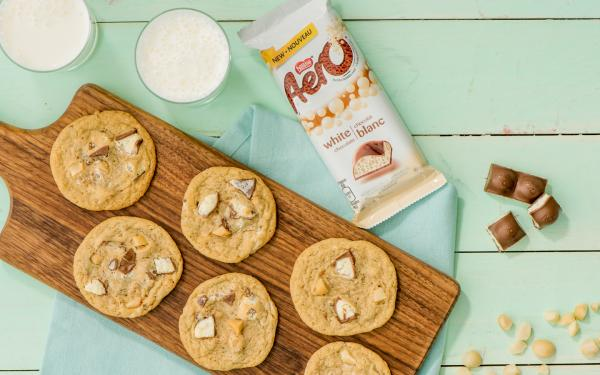 Biscuits au chocolat blanc AERO et aux noix de macadamia