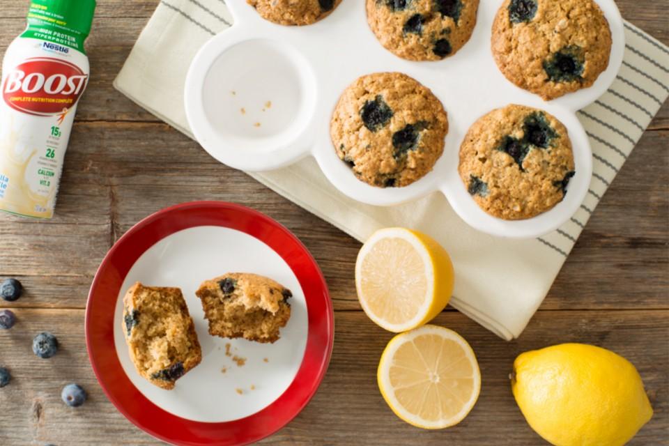 Recette de muffins à l'avoine et au citron et aux bleuets à haute teneur en protéines ce muffin fait maison rempli de baies est une excellente façon de commencer la journée.