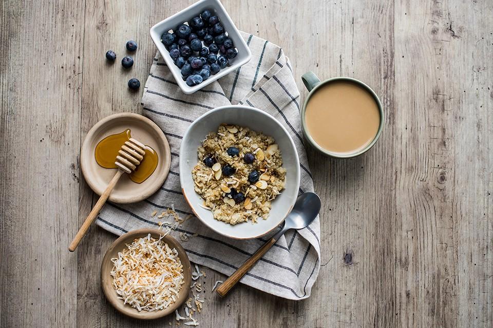Quinoa petit-déjeuner à la noix de coco avec myrtilles fraîches et café