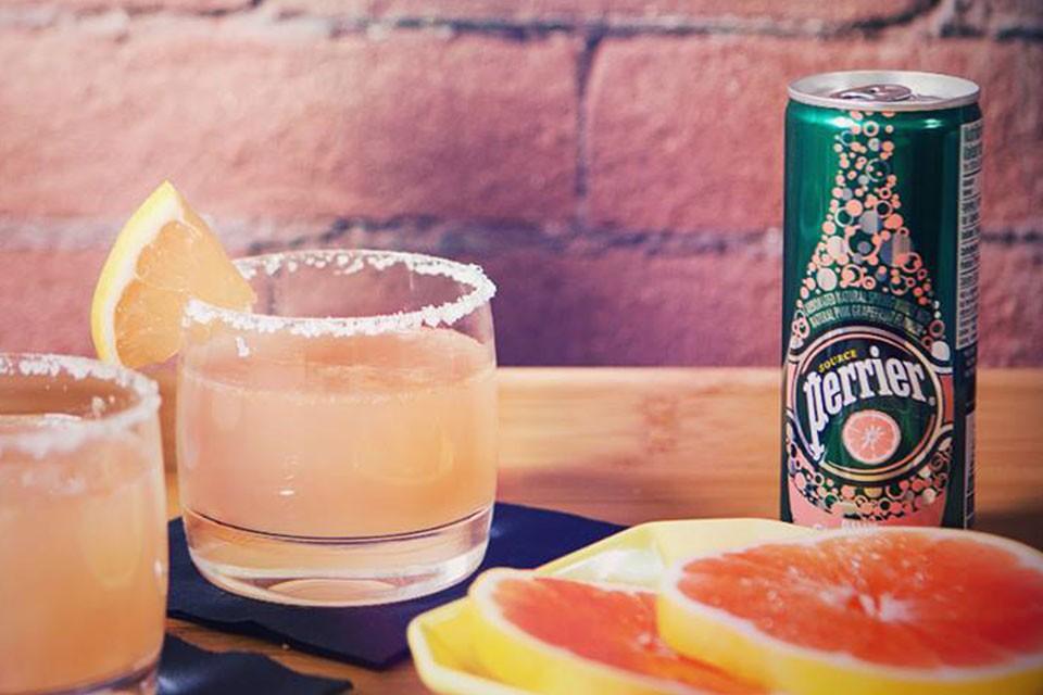 Recette PERRIER Pamplemousse. Mélangez la vodka et PERRIER pour rendre vos nuits d'été un peu plus pétillantes.
