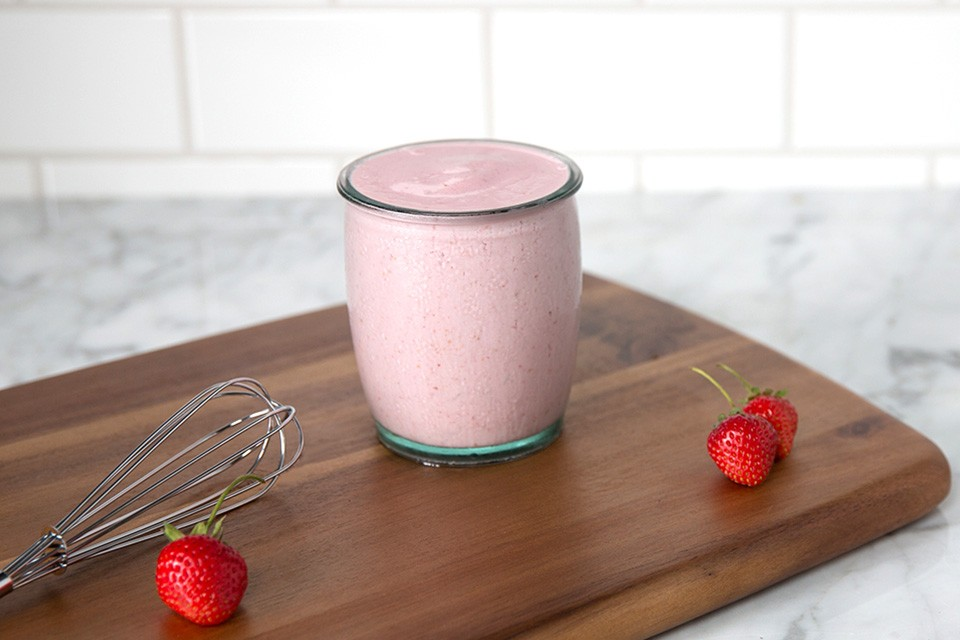 Recette de smoothie au fromage et aux fraises. Un smoothie nutritif au cheesecake aux fraises et riche en protéines.