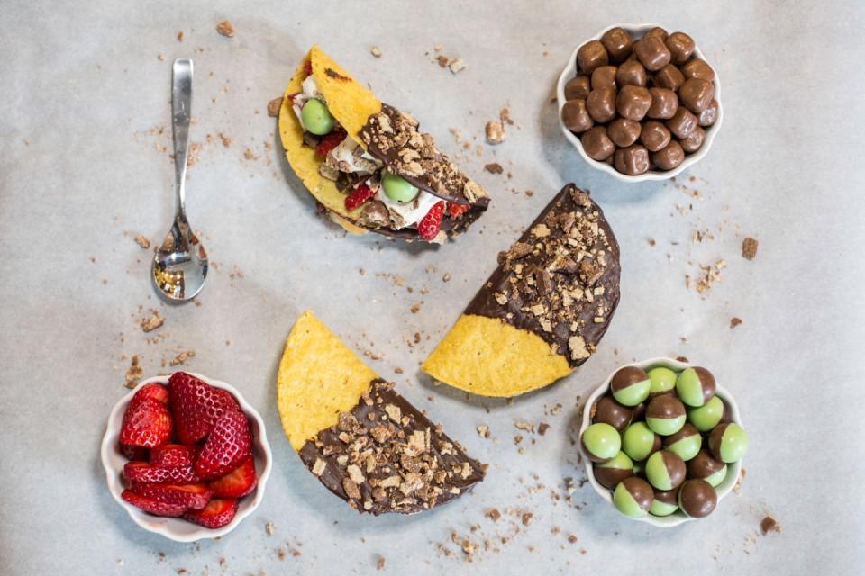 Recette de KIT KAT Chocotacos. Des tacos célestes trempés dans du chocolat et remplis de fruits!