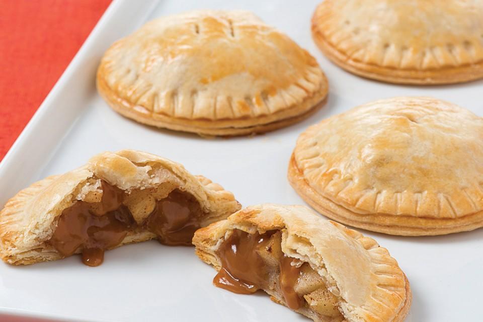 Recette de MACK Toffee Apple Hand Pies. Pommes, cannelle et caramel MACK… c'est simple comme une tarte