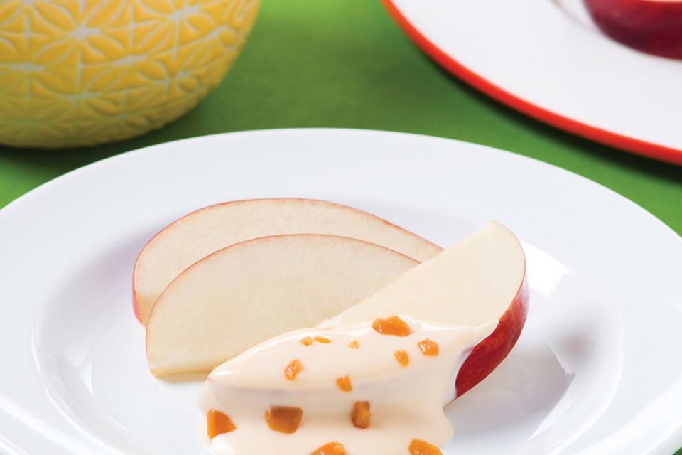 Recette de Trempette au fromage et au caramel MACK. Yaourt aux morceaux de barres crémeuses au caramel écrasé MACKINTOSH, parfait avec des pommes, des bretzels ou des bâtonnets de céleri.