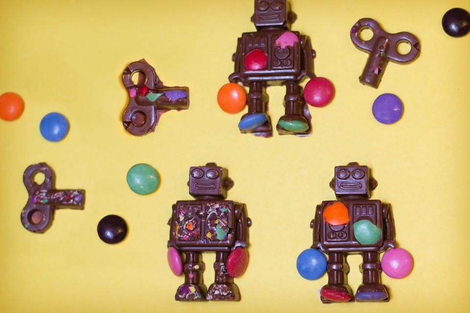 Recette de SMARTIES Robots. Ces délicieux robots sont fabriqués avec du chocolat au lait AERO fondu et décorés de glaçage.